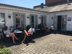 Mindfulnesscenterets udendørs faciliteter udnyttes til gruppearbejder
